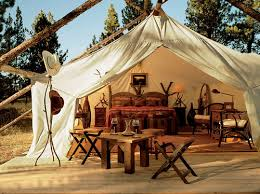 glamping-flashpacking-hostel-tent-table