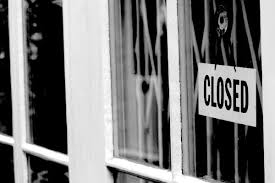 closed-sign-window-building